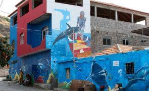 Percurso de navegador francês Jacques Cousteau pintado em fachadas de casas em Cabo Verde