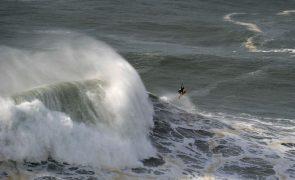 Nazaré autoriza prática de 'surf' a título individual nas praias do concelho