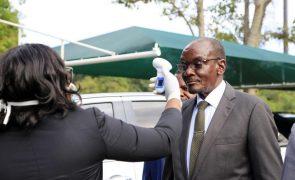 Vice-presidente do Zimbabué demite-se e reafirma inocência face a acusações de abuso sexual