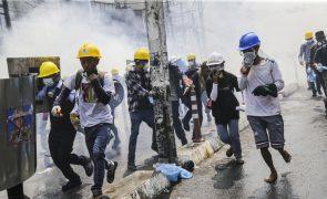 Três manifestantes feridos por balas reais em protestos contra golpe em Myanmar