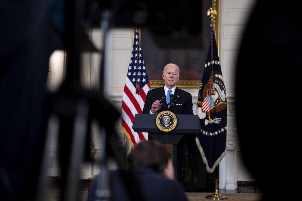 Biden prevê vacinas para todos norte-americanos antes de fim de Maio