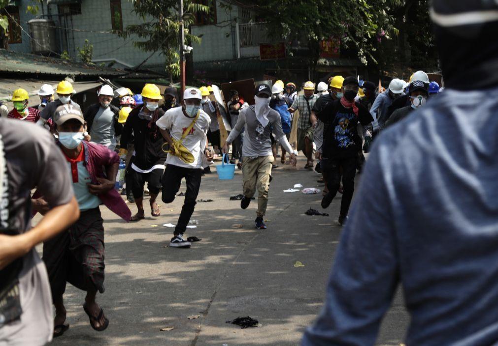 Pelo menos três manifestantes mortos por tiros das forças de segurança em Myanmar