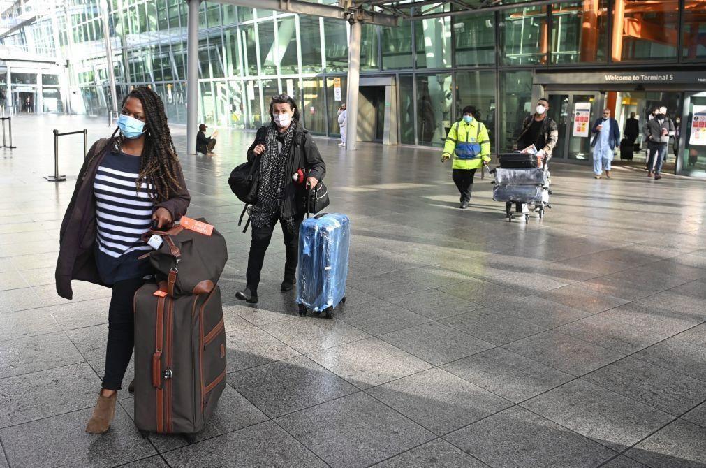 Covid-19: OMS adverte que não se deve pedir aos viajantes que provem estar vacinados
