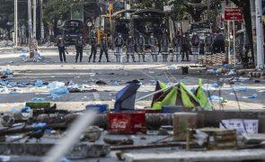 Militares mataram hoje pelo menos 33 manifestantes em Myanmar