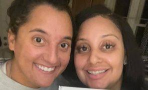 Colegas de trabalho descobrem que são irmãs após teste ADN
