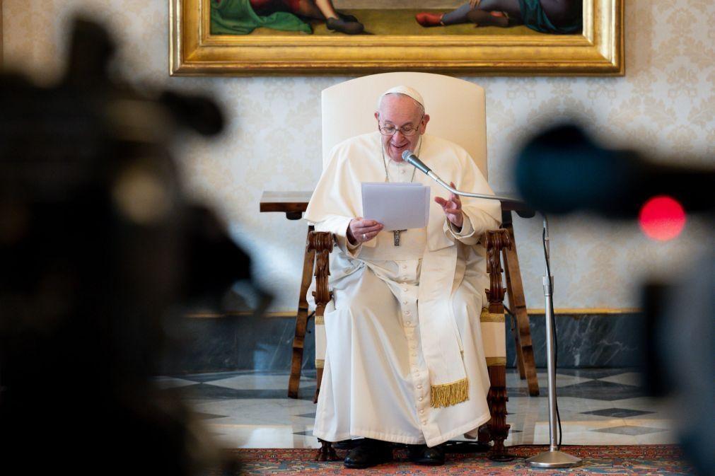 Papa diz aos iraquianos que os visita como peregrino da paz depois de anos de guerra