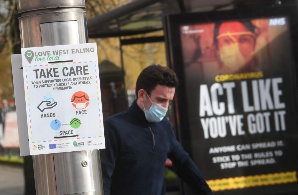 Covid-19: Reino Unido regista 242 mortes e prepara-se para acelerar vacinas modificadas