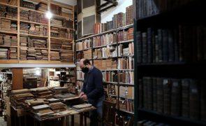 Covid-19: Alfarrabistas entre o desalento e a revolta à porta fechada vendem livros
