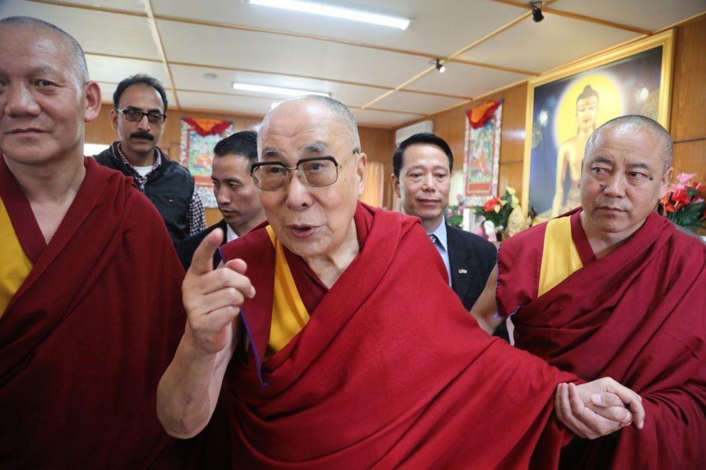 Covid-19: Dalai Lama vacina-se e insta mais pessoas a ter