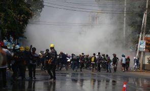 Exército dispara munições reais contra manifestantes em mais um dia de protestos em Myanmar