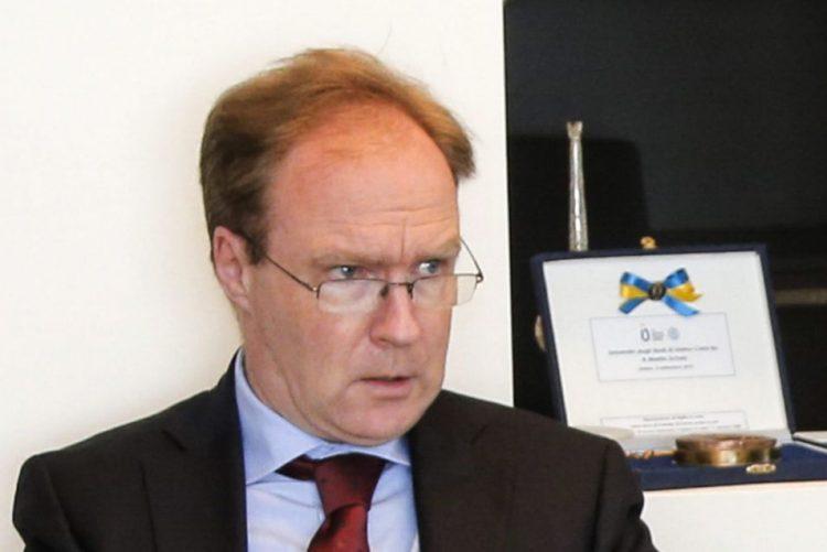 Embaixador demissionário na UE pede desafio ao
