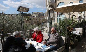 Covid-19: Israel reabre cafés, bares e restaurantes com prioridade para vacinados