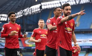 Bruno Fernandes marca e Manchester United trava líder e rival Manchester City