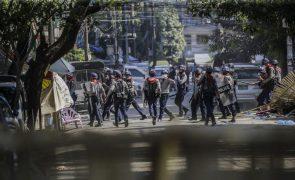 Polícia mata a tiro mais dois manifestantes em dia de greve geral em Myanmar