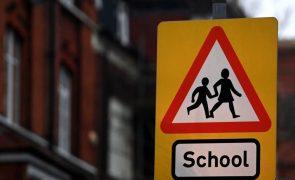 Covid-19: Crianças inglesas começaram hoje regresso às aulas