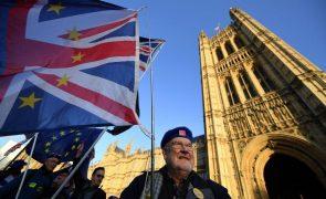 Covid-19: Governo britânico advertido para resistir a acelerar desconfinamento