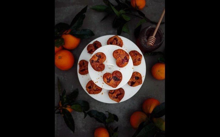 Estes muffins de laranja e frutos vermelhos vão adoçar-lhe a tarde deste sábado