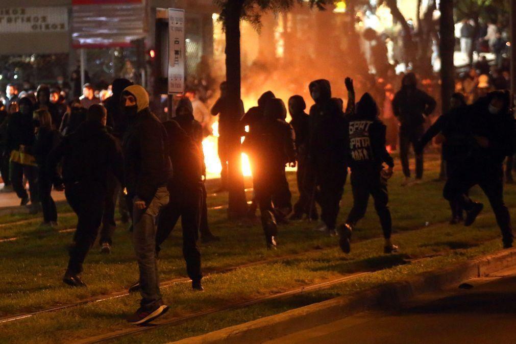 Dez polícias gregos feridos em protesto contra violência policial em Atenas