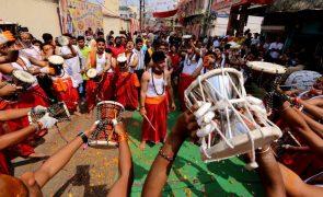 Centenas de milhares de indianos reúnem-se para banho no rio Ganges