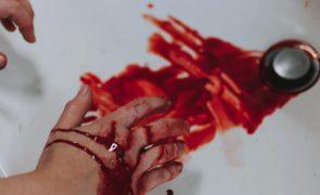 Homem espanca mulher e deixa-a a sangrar abundantemente