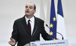 Covid-19: Primeiro-ministro francês critica laboratórios por atrasos nas vacinas