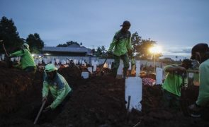 Covid-19: Pandemia já matou pelo menos 2,64 milhões de pessoas em todo o mundo