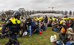 Covid-19: Polícia holandesa dispersa centenas de protestantes contra confinamento