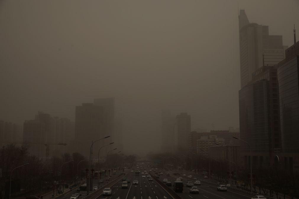 Tempestade de areia envolve Pequim em espesso manto de poluição