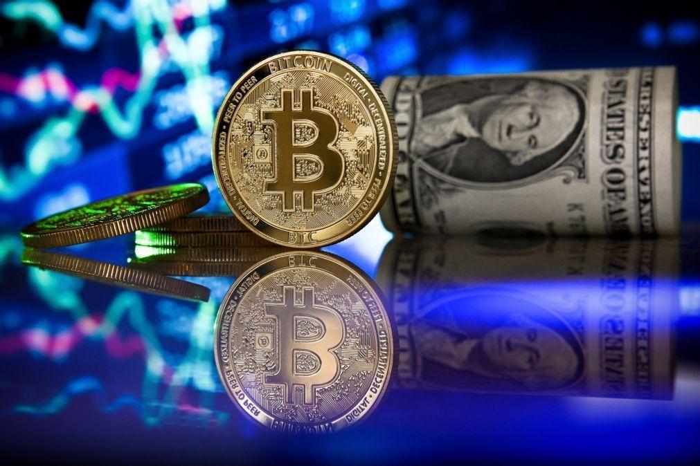 Bitcoin cai para 55.500 dólares depois de novo máximo histórico no sábado