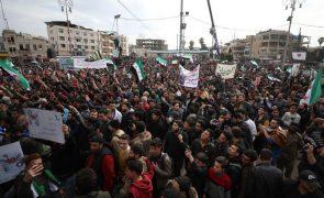 Manifestantes em Idlib na Síria assinalam o décimo aniversário da