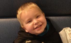Criança de 2 anos com paralisia sai do hospital a andar [vídeo]