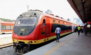 Circulação de comboios em Luanda pode ficar suspensa devido a quantidade de lixo na linha férrea