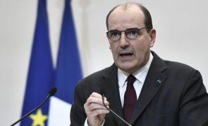 Covid-19: PM francês vai ser vacinado na 6.ª feira com AstraZeneca