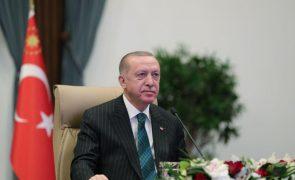 Presidente turco demite governador do banco central