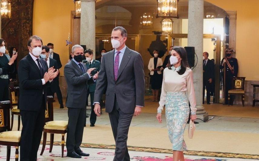 Letizia transforma xaile oferecido por Felipe VI em conjunto único