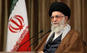 Irão só regressa ao acordo nuclear se EUA anularem sanções - Ali Khamenei