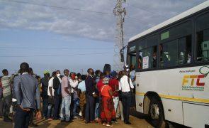 Covid-19: Aglomerações e longas filas nas paragens marcam primeiro dia de aulas em Moçambique