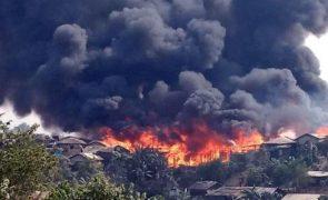 Fogo destrói centenas de abrigos em campo de refugiados rohingya no Bangladesh