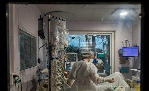 Covid-19: Região de Paris liberta camas hospitalares por aumento de doentes internados