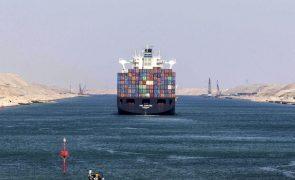 Navio encalhado no Canal de Suez está a impedir a o tráfego marítimo no local