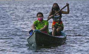 Professora desloca-se de canoa para ensinar crianças sem internet