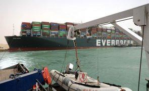 Navegação no Canal do Suez fica suspensa até navio ser desencalhado
