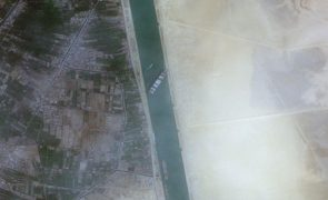 Canal do Suez interrompido há três dias sem estimativa de desbloqueio