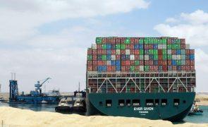 Bloqueio do Canal do Suez retém bens avaliados em 9.600 milhões de dólares diários