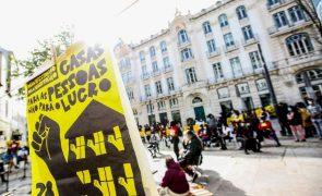 Ação pelo direito à habitação reúne largas dezenas de pessoas em Lisboa