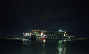 Falha nova tentativa de desencalhar navio no Canal do Suez