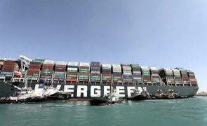 Libertados leme e hélice de porta-contentores encalhado no Canal do Suez