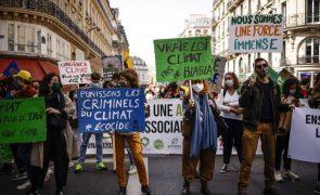 Milhares de manifestantes em toda a França pedem uma lei climática ambiciosa