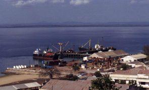 Moçambique/Ataques: Populaçãode Pemba junta-se no porto à chegada dos deslocados