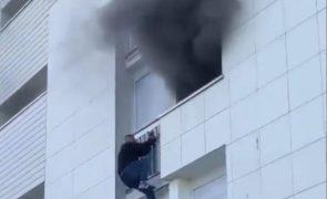 Jovens trepam prédio para salvar bebé de incêndio [vídeo]